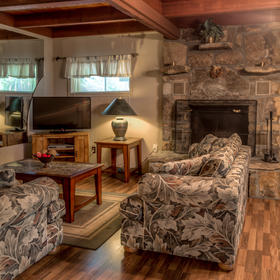 Club Chalet of Gatlinburg - 1B Living Area
